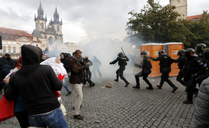 התנגשות בין משטרה למפגינים נגד הגבלות הקורונה בפארג (צילום: ap)