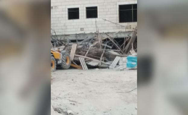 פצועים בקריסת פיגומים באתר בנייה בבית שמש (צילום: דיווחי הרגע)
