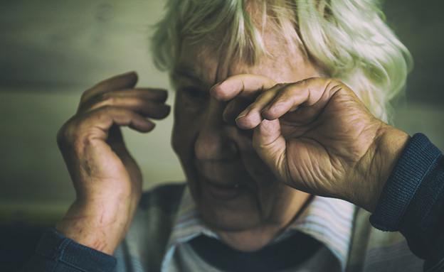 זקנה עצובה (צילום: shutterstock_Por Oleg Golovnev)