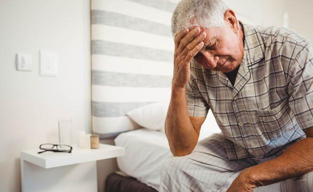 זקן עצוב (צילום: shutterstock_Por wavebreakmedia)