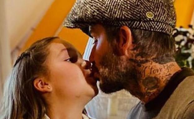 דיוויד בקהאם והארפר מתנשקים (צילום: צילום מסך מתוך האינסטגרם של ויקטוריה בקהאם, instagram)