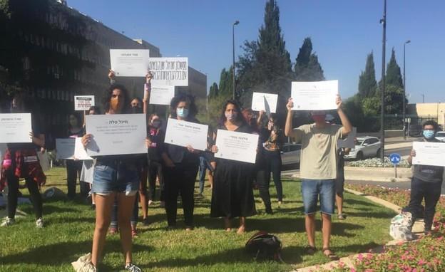 פעילות הפגינו מחוץ לכנסת במחאה על האלימות נגד נשים (צילום: עמותת כולן)