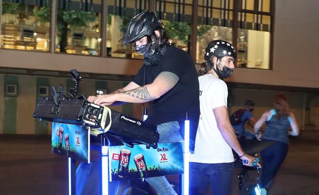 סקאזי מתקלט על אופניים (צילום: יוסי לזרוף )