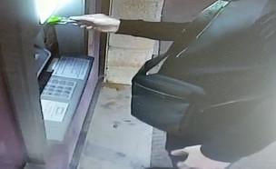 כך מתקינים קוראי כרטיסים כל כספומט (צילום: דוברות המשטרה)