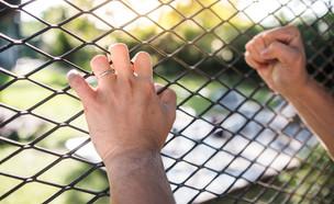 גבר מחזיק בגדר (אילוסטרציה: s style, shutterstock)