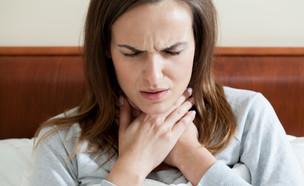 אישה עם כאב גרון (צילום: Photographee.eu, shutterstock)