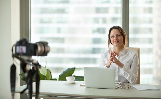 ראיון עבודה בזום (צילום: shutterstock By fizkes)