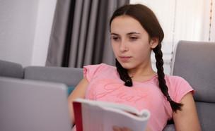 נערה לומדת מול המחשב (אילוסטרציה: mirzavisoko, shutterstock)