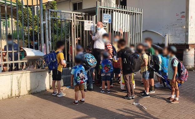 ילדים מגיעים לבית הספר לאחר העוצר הלילי (צילום: N12)