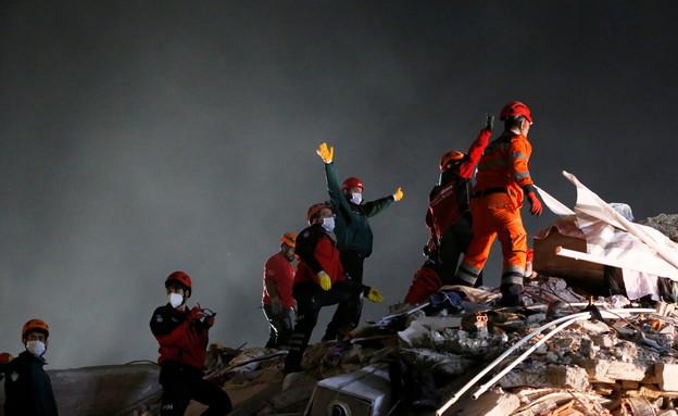 מאמצי החילוץ באיזמיר, טורקיה (צילום: שי פרנקו, רויטרס)