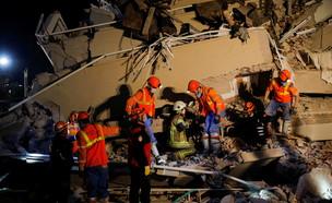 מאמצי החילוץ באיזמיר, הלילה (צילום: שי פרנקו, רויטרס)