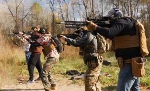 חברי מיליציה במישיגן מתאמנים בנשק לקראת הבחירות (צילום: SKY NEWS)