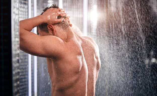 גבר מתקלח גב (צילום: UfaBiz, shutterstock )