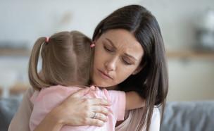 אישה מחבקת ילדה (צילום: fizkes, SutterStock)