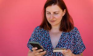קוראת ביקורות באינטרנט לפני קנייה (צילום: Irina Shatilova, shutterstock)