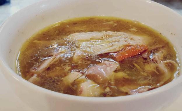 נועה מבשלת מרק עוף (צילום: נועה יחיאלי)