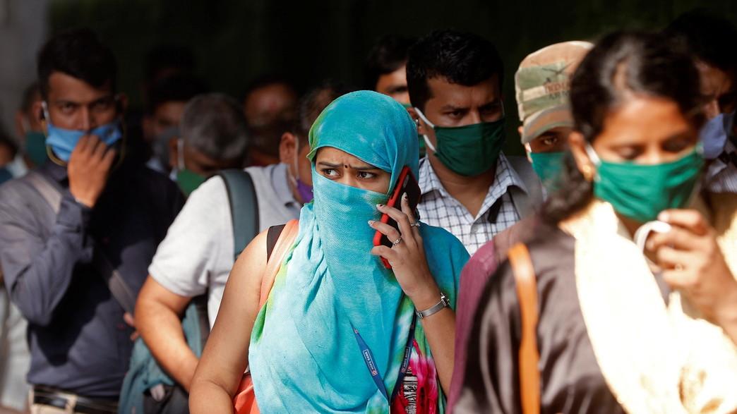 הודים עומדים בתחנת רכבת בהודו (צילום: רויטרס)