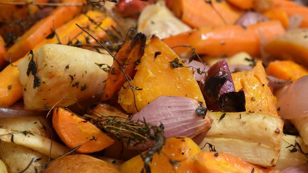 מצעד התוספות, בטטה ותפוחי אדמה בתנור (צילום: jase-ess-on-unsplash)
