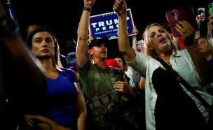 תומכי טראמפ חמושים מפגינים באריזונה (צילום: רויטרס)