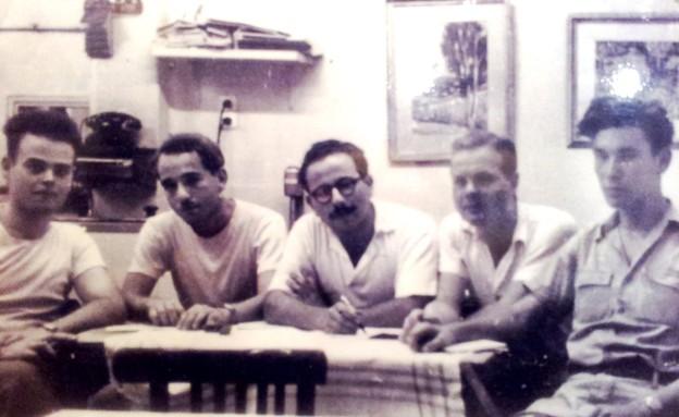 """חבורת """"לקראת"""" בקפה כסית, 1953 (צילום: ויקיפדיה)"""
