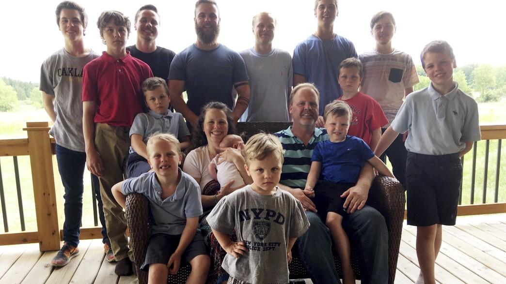 משפחת שוונט  עם 13 ילדיהם (צילום: ap)