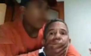 מרצה מותקף (צילום: צילום מסך מתוך youtube)