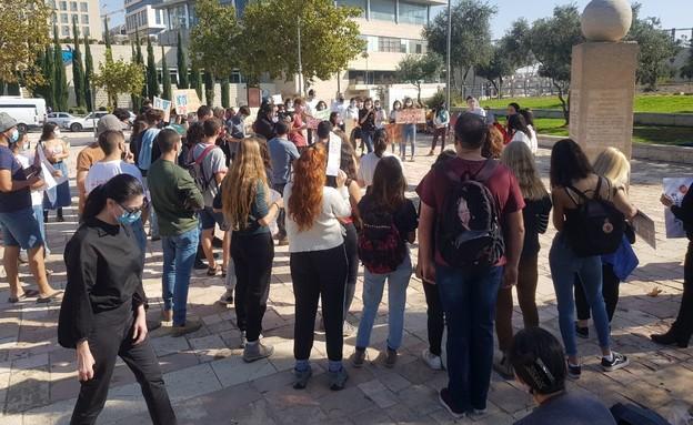 הפגנה מול בית המשפט: לתת לצעירות להתגייס לסיירות
