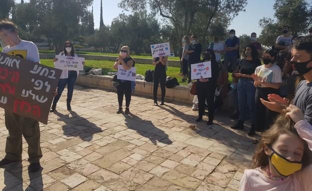 הפגנה מחוץ לבית המשפט: שוויון בגיוס ליחידות קרביות