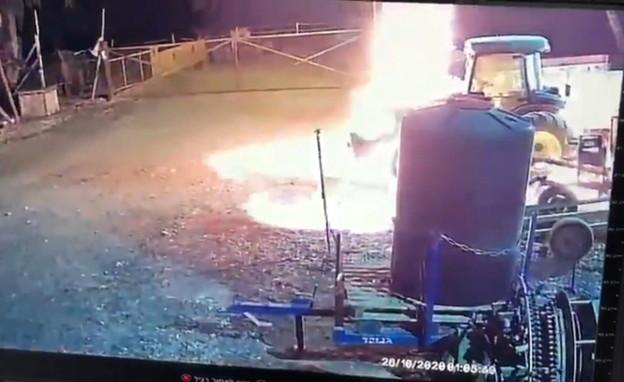 פוצצו טרקטור כי לא שילם דמי חסות (צילום: מצלמות אבטחה)