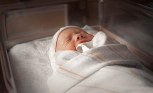 תינוק עטוף בשמיכה לבנה בבית החולים (צילום: Jimmy Conover, unsplash)