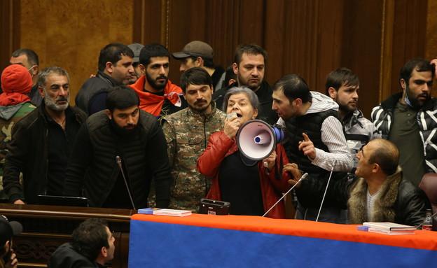 ארמניה: מפגינים פרצו לפרלמנט לאחר ההודעה על ההסכם (צילום: רויטרס)