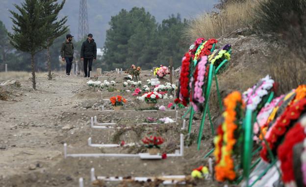 קברי לוחמים שנפלו במלחמה על נגורנו-קרבאך (צילום: רויטרס)