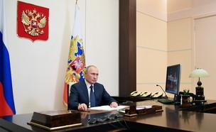 הנשיא פוטין בחתימתו על ההסכם (צילום: רויטרס)
