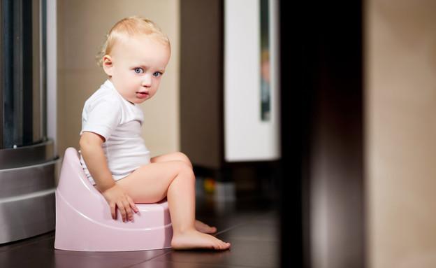 תינוקת יושבת על סיר לילה בחדר האמבטיה (אילוסטרציה: Slava Dumchev, shutterstock)