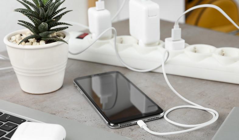 סמארטפון, כבלים (צילום:  New Africa, Shutterstock)