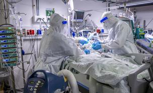 חולה קורונה מאושפז בבית החולים בילינסון (צילום: יוסי אלוני, פלאש 90)