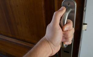 גבר פותח דלת (צילום: shutterstock   Sebastian Piuma)
