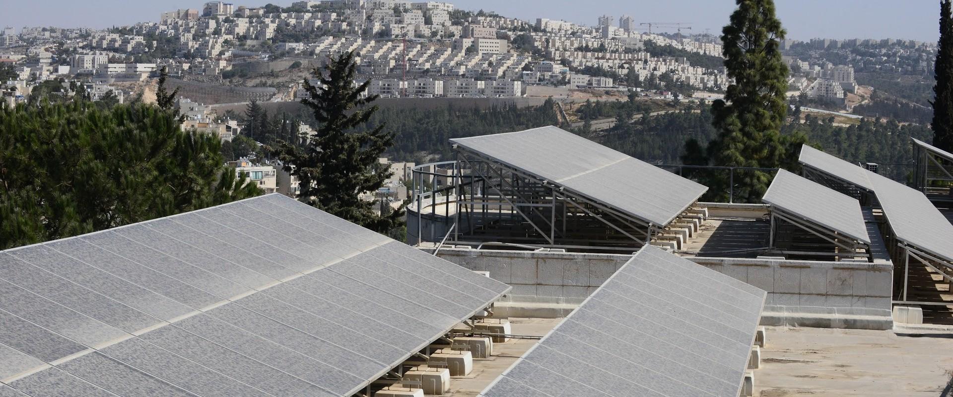 בית ספר אור תורה סטון - גגות סולארים 2 (צילום: דוד וינוקור)