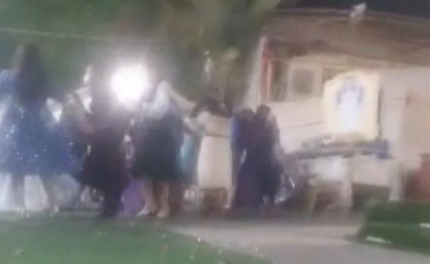 חתונה בניגוד להנחיות באחד מגני האירועים בבני ברק (צילום: N12)
