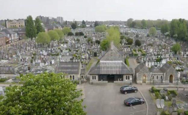 בית הקברות היהודי בווילסדן (צילום: יוטיוב)