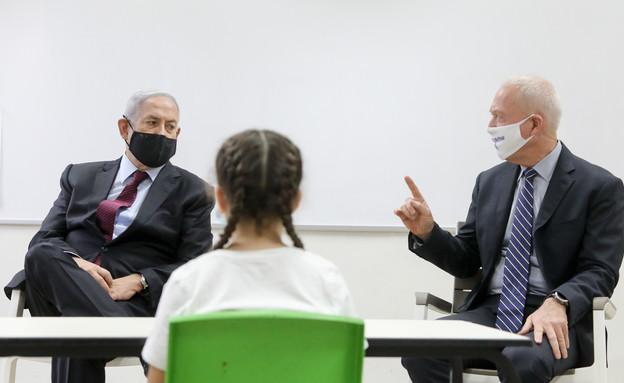 בנימין נתניהו ויואב גלנט בבית ספר בירושלים (צילום: מארק ישראל סלם, פלאש 90)