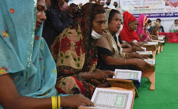 חברות הקהילה הטרנסג'נדרית בבנגלדש קוראות בקוראן (צילום: MUNIR UZ ZAMAN/AFP, GettyImages)