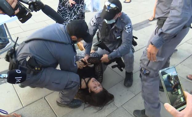 """אישה צעקה לעבר אדלשטיין במסע""""ת (צילום: N12)"""