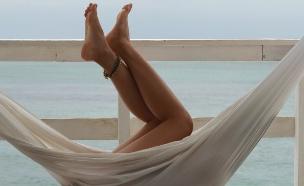 רגליים מציצות מערסל (צילום: phi-phi, unsplash)