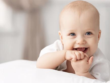 תינוק מחייך (צילום: Vasilyev Alexandr)
