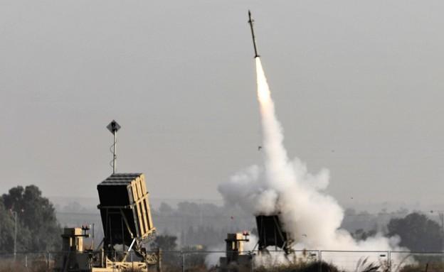 כיפת ברזל יורה (צילום: MENAHEM KAHANA/AFP, GettyImages)