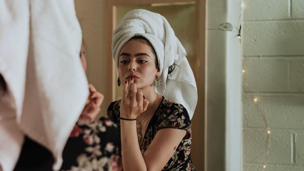 מתאפרת במקלחת (צילום: kevin-laminto unsplash)