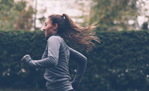 אישה רצה (צילום:  Marjan Apostolovic, shutterstock)