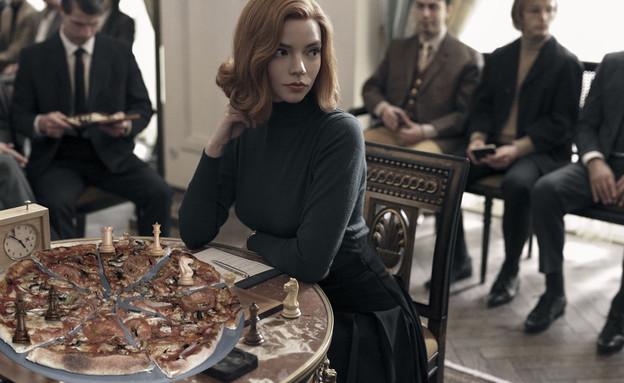 גמביט המלכה עם פיצה במקום שחמט (אילוסטרציה: רחלי רוטנר)