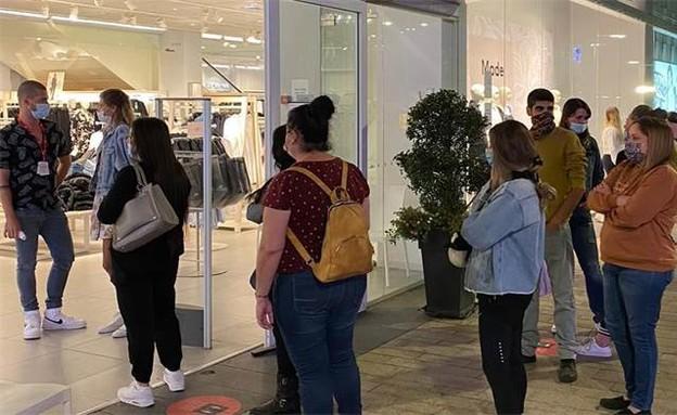 תור של אנשים שמחכים להיכנס לחנות H&M (צילום: ביג מרכזי קניות)